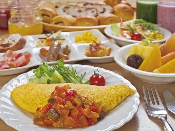 【朝食/例】ライブキッチンでは豊洋卵の出来立てオムレツも