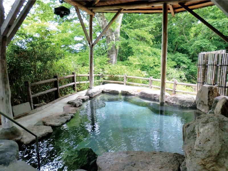 【山沿い露天風呂】館内には男女合わせて趣異なる4つもの露天風呂があり、1日では入りきれないほど充実!