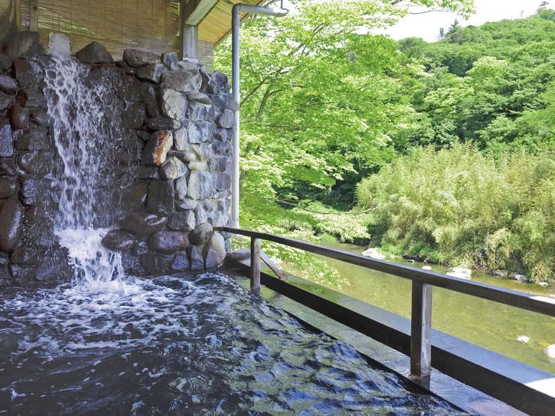 【川沿い露天風呂】清流を目の前に、豊かな効能を持つ温泉を堪能!