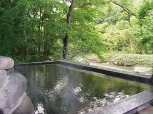 【貸切露天風呂「藤の湯」】川沿いの景色の中、源泉かけ流しを贅沢に独り占め※有料
