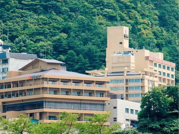 【外観】鳴子街の高台に佇む老舗ホテル