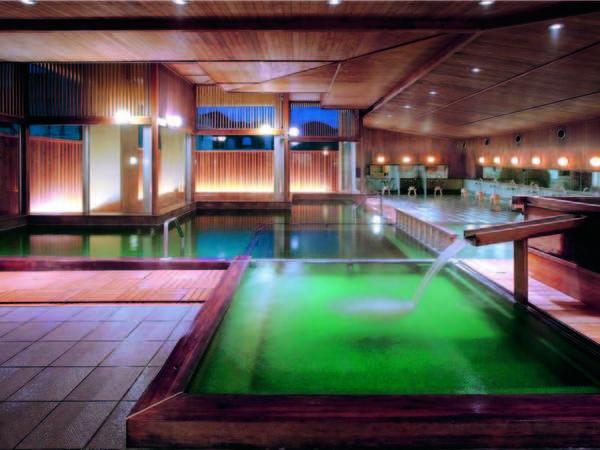 【「玉の湯」大浴場】鶯色や乳白色・透明など、刻々と変化する湯は1日中楽しめる