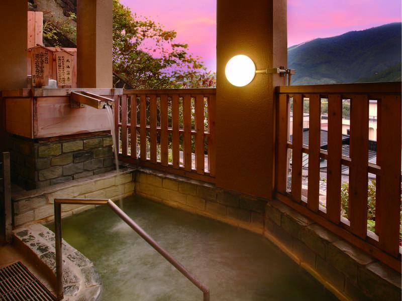 【「玉の湯」青畳石露天風呂】湯治文化を伝承する歴史深い宿で温泉三昧のひとときを