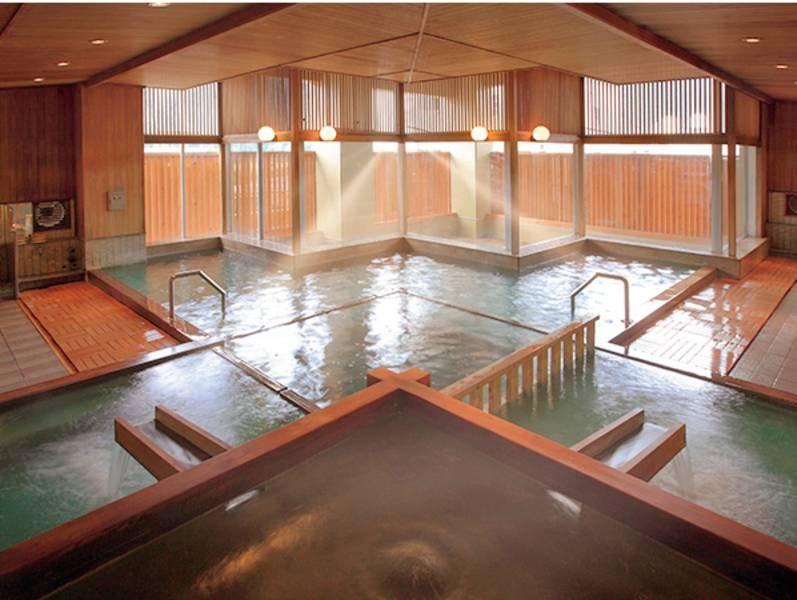 【玉の湯/大浴場】刻々と色が変化する源泉かけ流しの硫黄泉