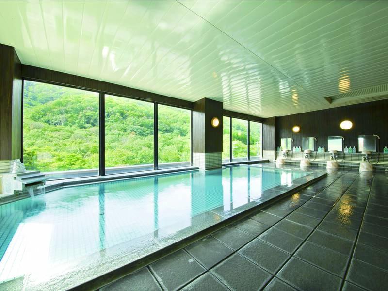 【展望大浴場】大きな窓に豊かな自然の風景が映る