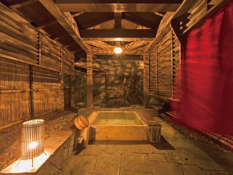 【1階 貸切露天風呂】プライベート感たっぷり掛け流しの温泉が楽しめる
