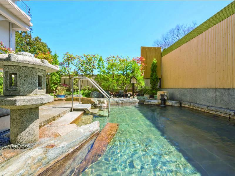 【男性浴場/庭苑野天風呂】四季それぞれに彩りを変える景色を堪能