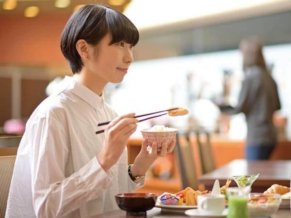 【朝食会場/イメージ】広々とした会場食でビュッフェスタイルをお楽しみ頂ける。