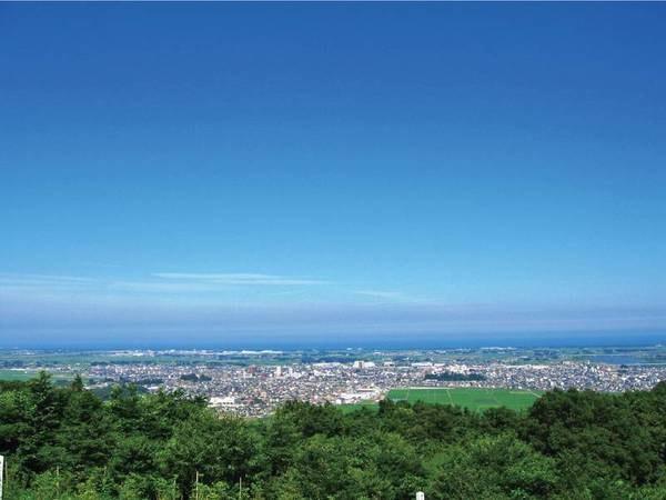 展望台眺望/施設内展望台から四季折々の自然を望む。