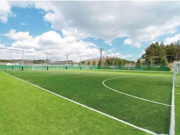 フットサルコート/施設内にはスポーツ施設が充実!テニスコートやグランドゴルフ場、フットサルコートで遊べる※別途有料
