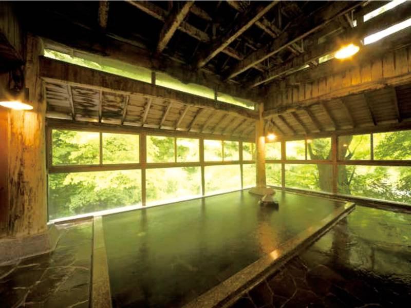 【香華の湯(女性専用)】広瀬川の清流と一体感あふれる半露天風呂