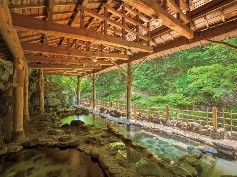 【天然岩風呂(混浴)】間近に流れる迫力ある渓流美を堪能!