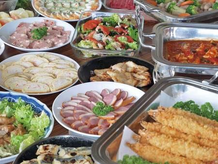 【ハーフバイキング/例】名物の大エビフライや鮮魚のカルパッチョなど約15品が食べ放題