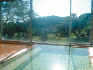 【大浴場「ご来光の湯」】窓いっぱいに差しこむ朝日を浴びた朝湯は一段と格別!