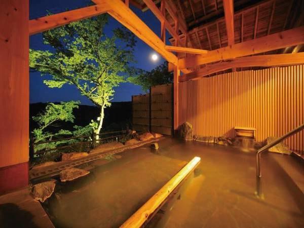 【露天風呂/青根の湯】夜はライトアップされて幻想的な雰囲気に♪