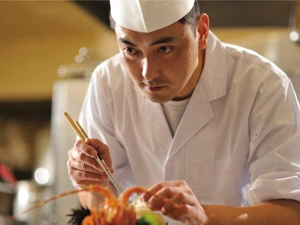 【料理長】過足料理長がつくる逸品は目にも楽しい。食べきれないほどの豪華な料理は満足度が高い!