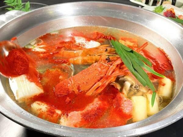 見た目は辛そうな赤鍋ですが、辛くなく海鮮の出汁で旨みたっぷり!/一例