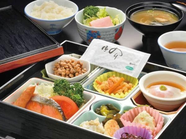 【朝食/例】炊きたてご飯にお味噌汁、焼魚や小鉢の和食セット。食品衛生の為、お弁当形式でご提供しております。 ご朝食は食堂にてお召し上がりいただけます。