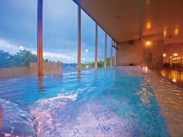 【大浴場】塩分濃度が高い温泉のため、ぷかぷか浮かぶ「浮遊浴」が楽しめる