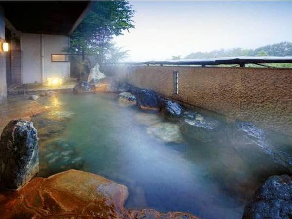 【露天風呂】蔵王の山々を望み、四季折々を移ろいを愉しむ