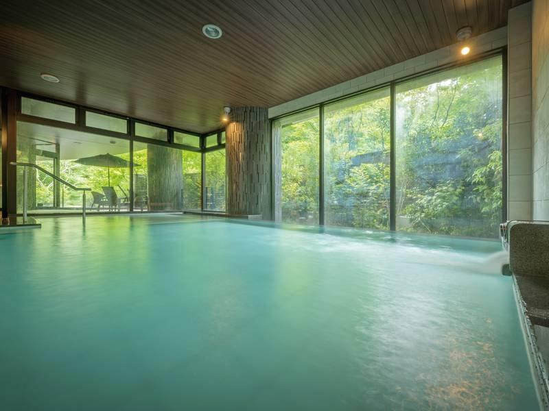 【本館「愛姫の湯」】浅湯を併設し、半身浴でゆっくりと楽しめる