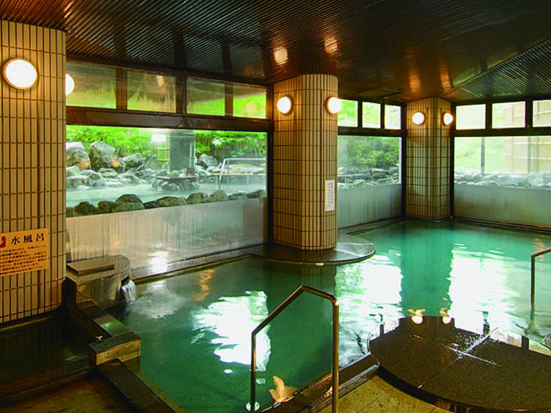 【「三春の湯」大浴場】湯面の揺らぎに癒される内湯