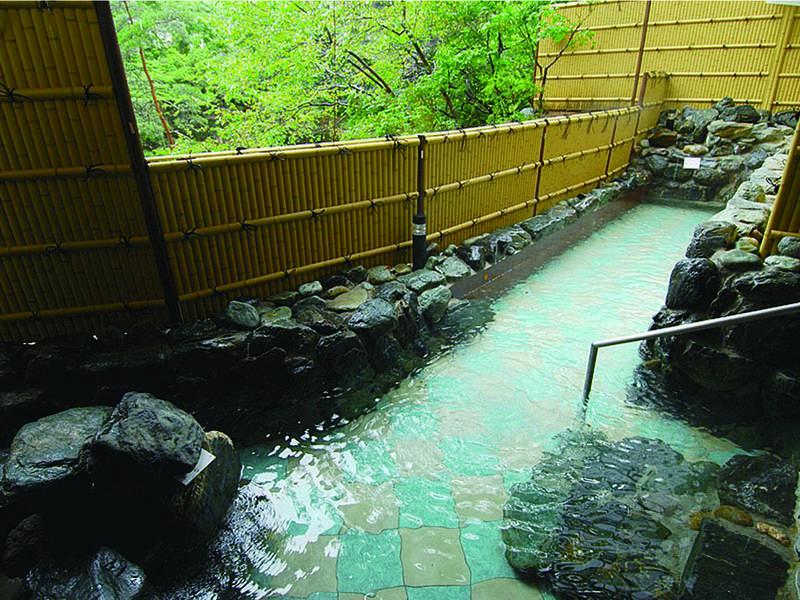 【「三春の湯」露天風呂】隠れ湯のような小さな露天風呂