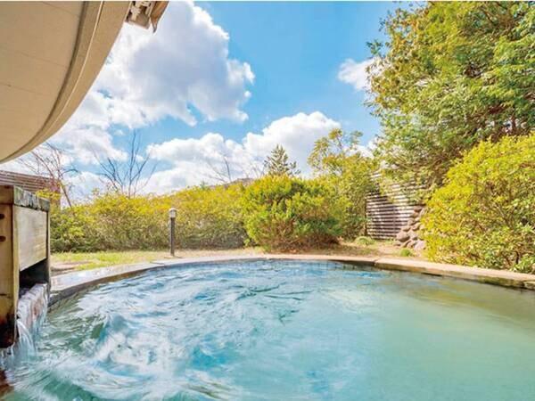 【露天風呂】円形の開放的な露天風呂で風を感じながら