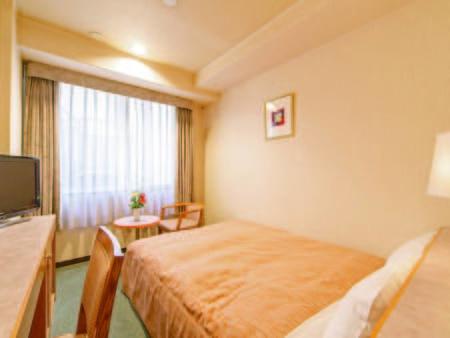 【ダブルルーム/例】広さはツインと同じ15平米。幅140cmベッドを設置