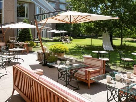 オープンエアーな空間で楽しむ朝食/一例