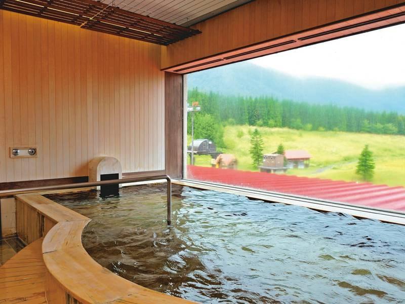 【大浴場/例】檜の湯殿で雄大な山々と広い空を眺める贅沢なひととき