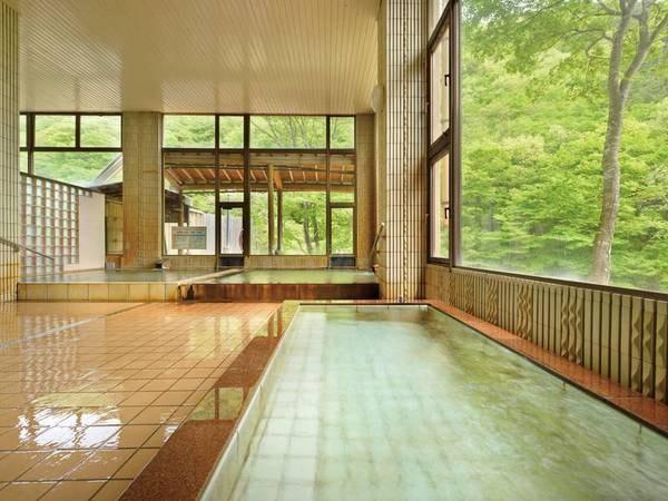 【大浴場】大きな窓から陽が射しこむ、早朝の入浴もおすすめ☆