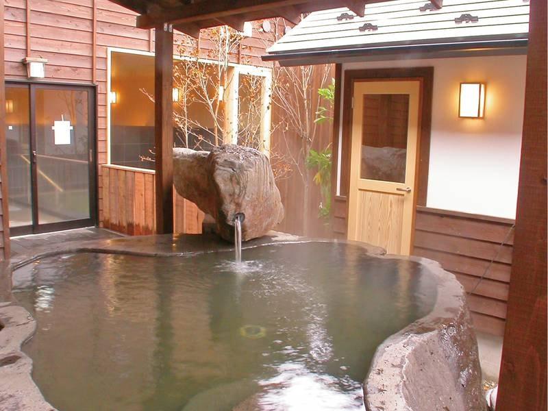 【露天風呂】巨大な石で作られたこだわりの湯船