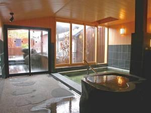 【大浴場】大きな窓には四季折々の自然の景色が映る