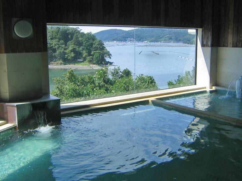 【内湯】窓の外にも海景色が広がる