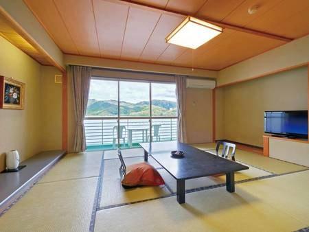 【和室/例】窓から海と湾を囲む山々を一望