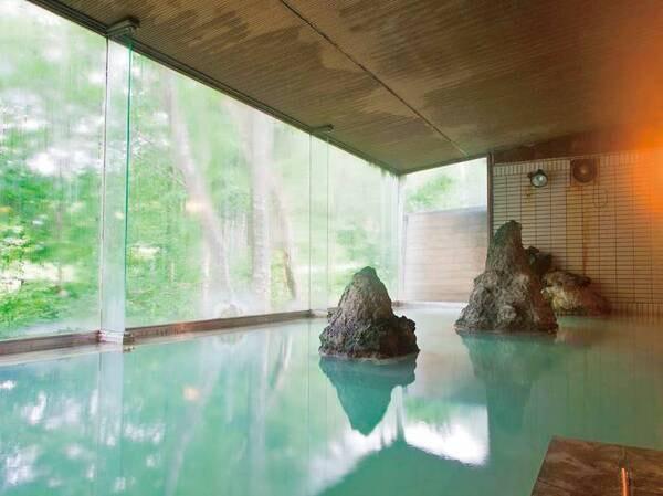 【大浴場】広い窓で開放感を感じる