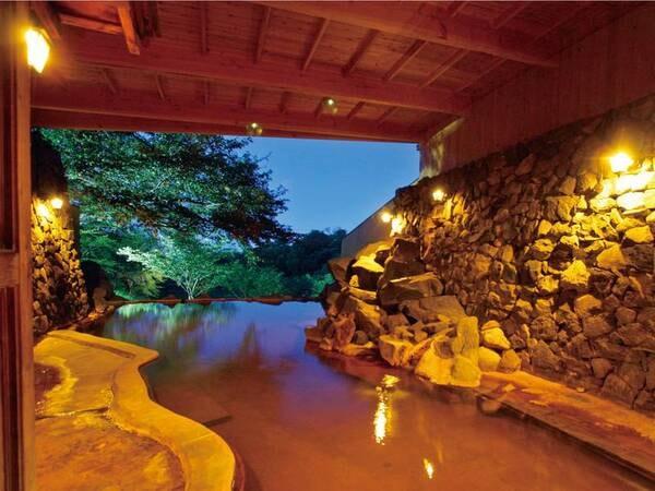 【露天風呂・石山の湯(夜)】男鹿温泉郷一広い露天風呂
