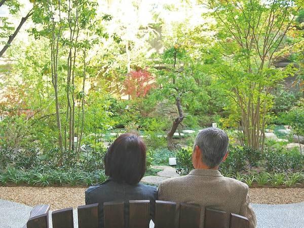 【中庭】四季の花が咲く庭園