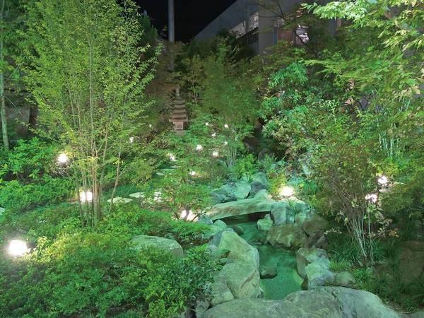 【中庭】夜は幻想的な雰囲気に包まれる