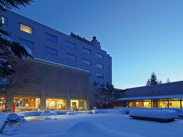 【外観/冬】雪景色のホテル鹿角、静けさの中で旅情にふける趣