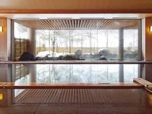 【小町の湯】浴室の大窓からも四季の移り行く景色をお楽しみ頂けます。