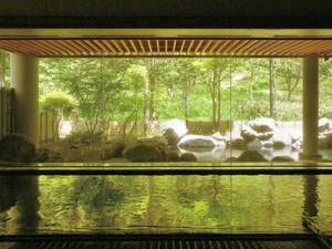 【大浴場/小町の湯】大きな窓から、四季折々に表情を変える季節を感じながら湯浴みを愉しめる
