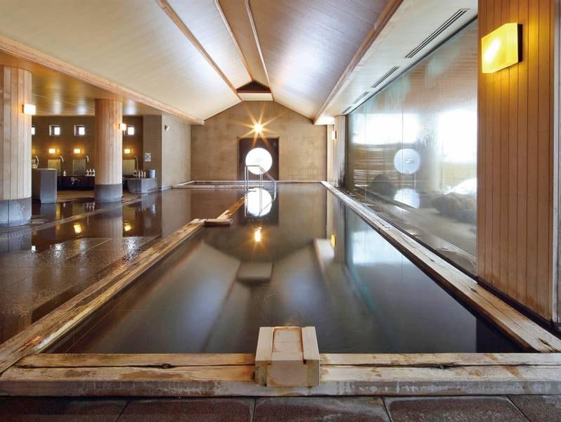 【大浴場/小町の湯】贅沢に檜を使用した大浴場。リラックス効果も増していきます。