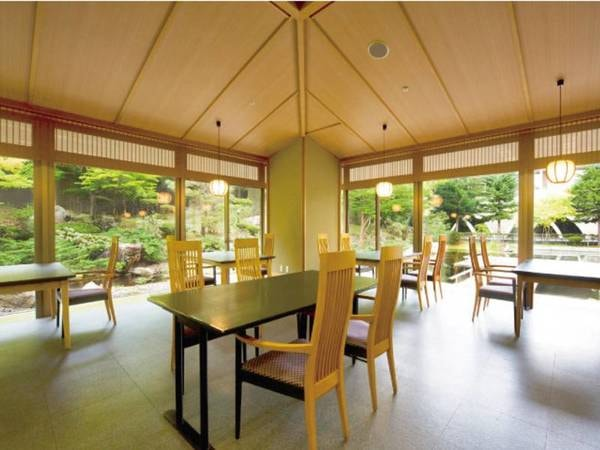 【食事処「花暦」】清潔で落ち着いた雰囲気のお食事処。窓からの景色もお楽しみ頂きながら