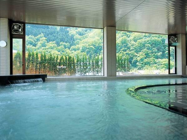 【大浴場】大きな窓の明るい空間でのんびりとした時を過ごす