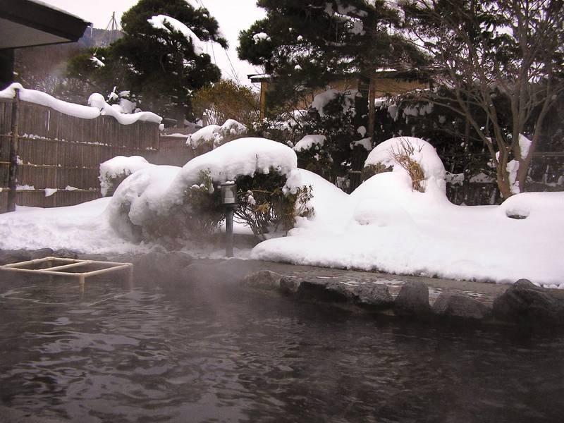 【露天風呂】見事な雪見風呂も楽しめる