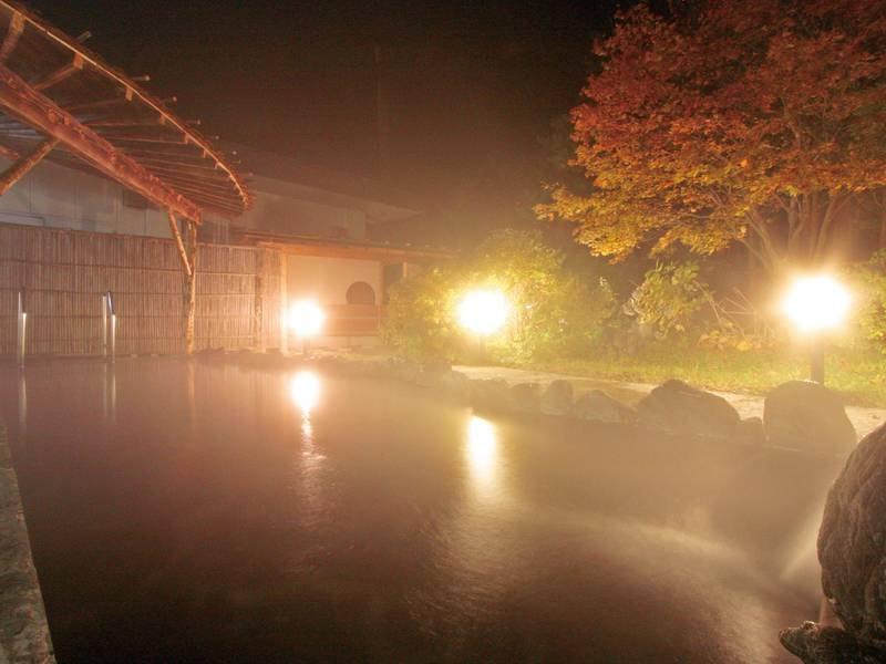 【露天風呂】夜の雰囲気も抜群