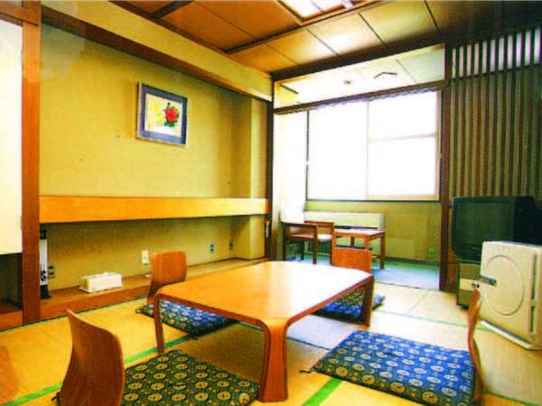 【二間和室/例】7.5畳の広さの和室。共同トイレも広くて清潔感がある