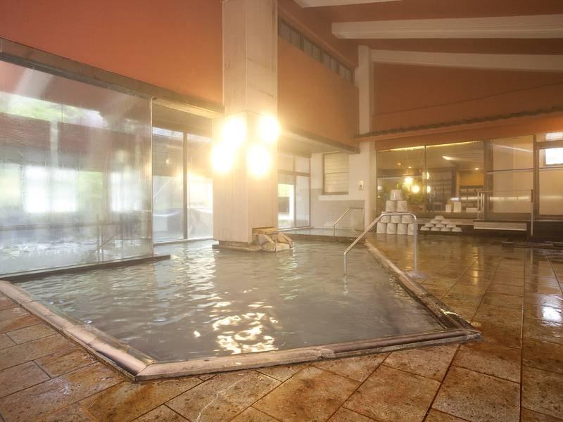 【男湯大浴場】開放的なゆったりしたスペースで源泉かけ流しを堪能